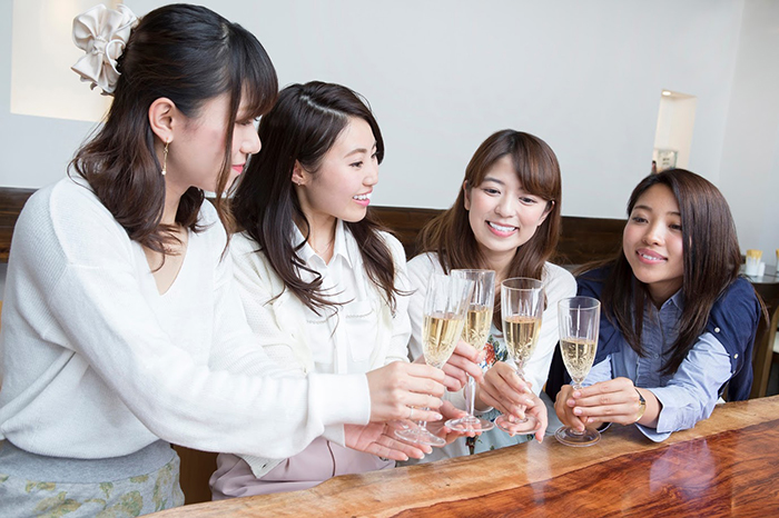 女性同士で乾杯